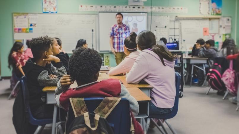 Visuel d'une classe d'école avec des élèves