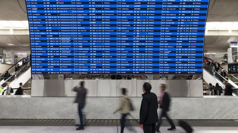 Le Grand Charles, l'immense panneau d'affichage luminescent, au Terminal 2E de Paris-Charles de Gaulle