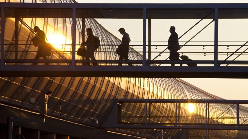 Lever de soleil sur la passerelle de debarquement du Hall K, Terminal 2E Paris-Charles de Gaulle