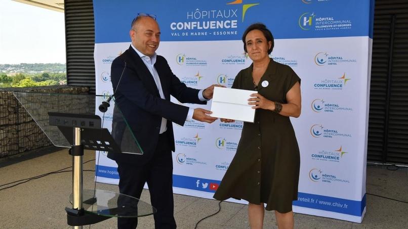 Le 27 mai 2020, Régis Lacoste, directeur de Paris-Orly, a remis 266 tablettes digitales à Catherine Vauconsant, directrice des Hôpitaux Confluence Val-de-Marne Essonne.