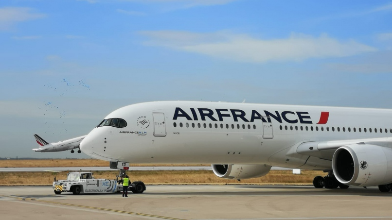 A350 repoussé de son point de stationnement par un push TLD ©Cedric Landais AF