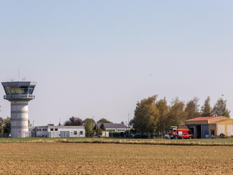 Aérodrome de Pontoise, tour de contrôle © Arnaud Gaulupaud