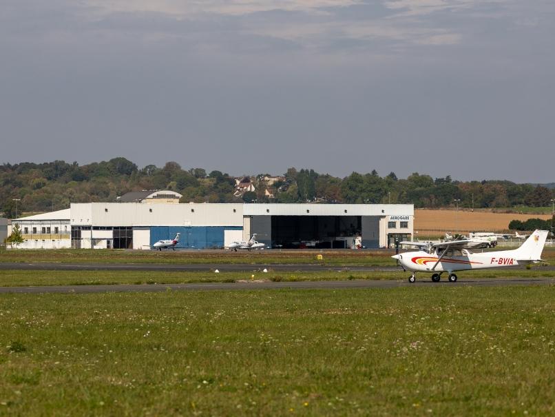 Hangar et avion à l'aérodrome de Pontoise © Arnaud Gaulupeau