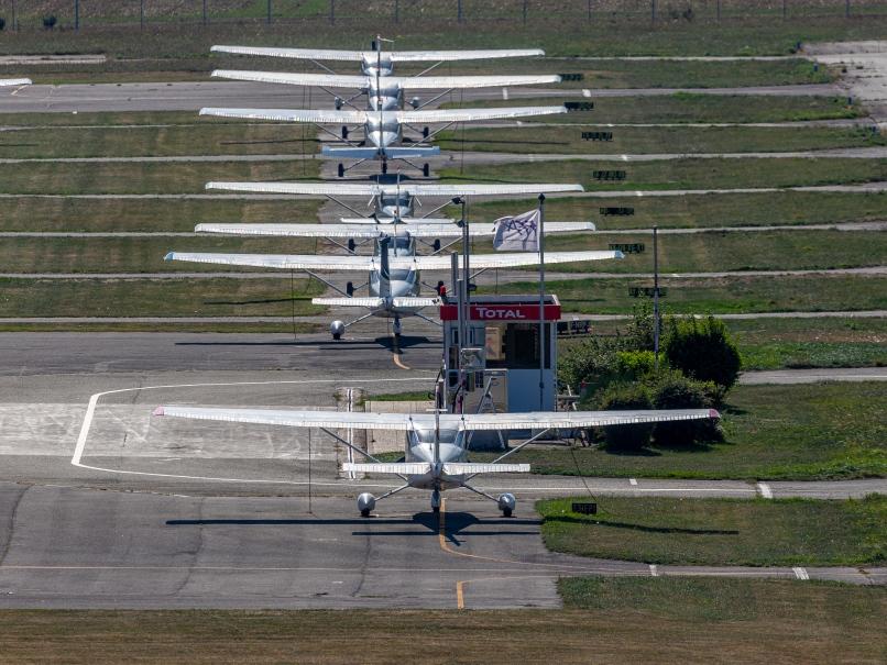 Avions stationnés à l'aérodrome de Pontoise © Arnaud Gaulupeau