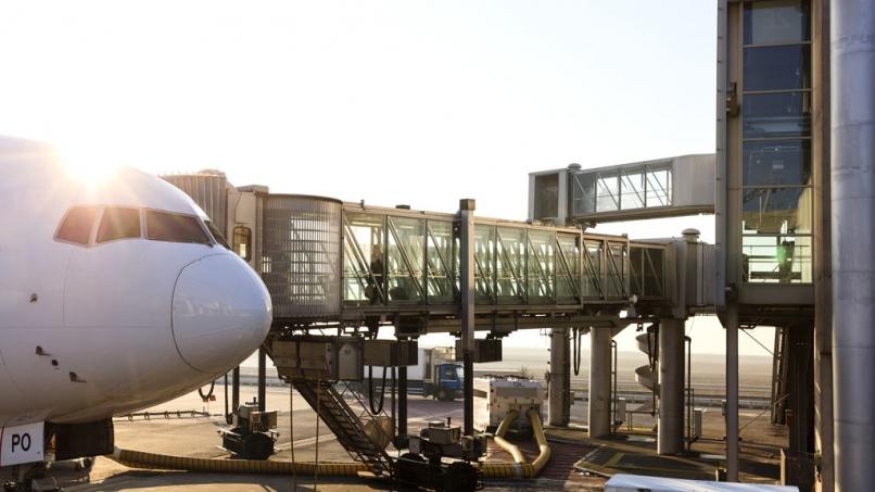 Passager embarquant dans un avion