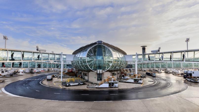 Vue extérieure du Terminal 2F avec passerelles côté pistes