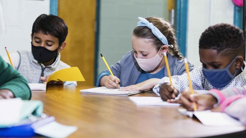 Enfants en atelier d'écriture